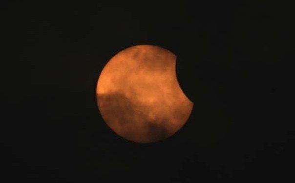 Eclipse solaire partielle vue le 15 janvier 2010 à Singapour.