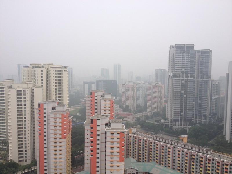 Vue de Singapour sous un nuage de pollution. ©Colombe Prins